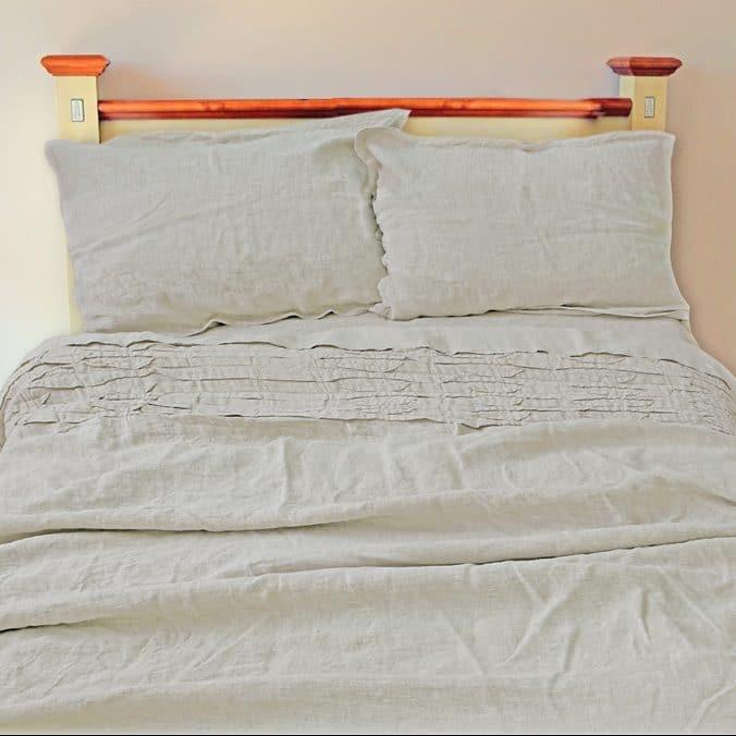Умягченное серое постельное белье